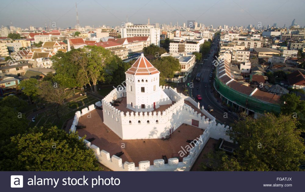 a-aerial-view-of-pom-phra-sumen-fort-on-phra-athit-road-in-the-evening-FGATJX.jpg